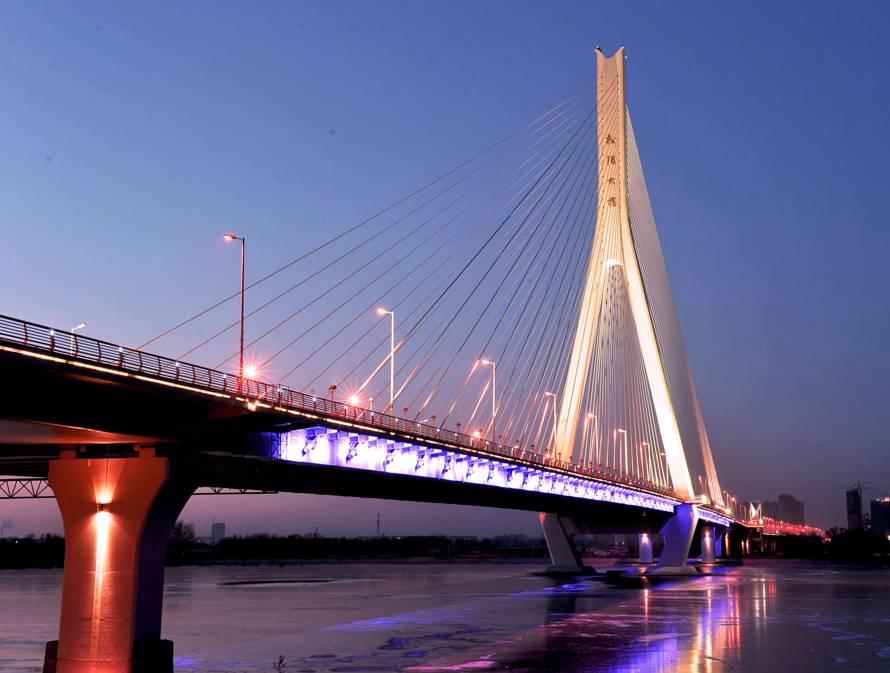 这些越江大桥一直与这座城市共荣共生.