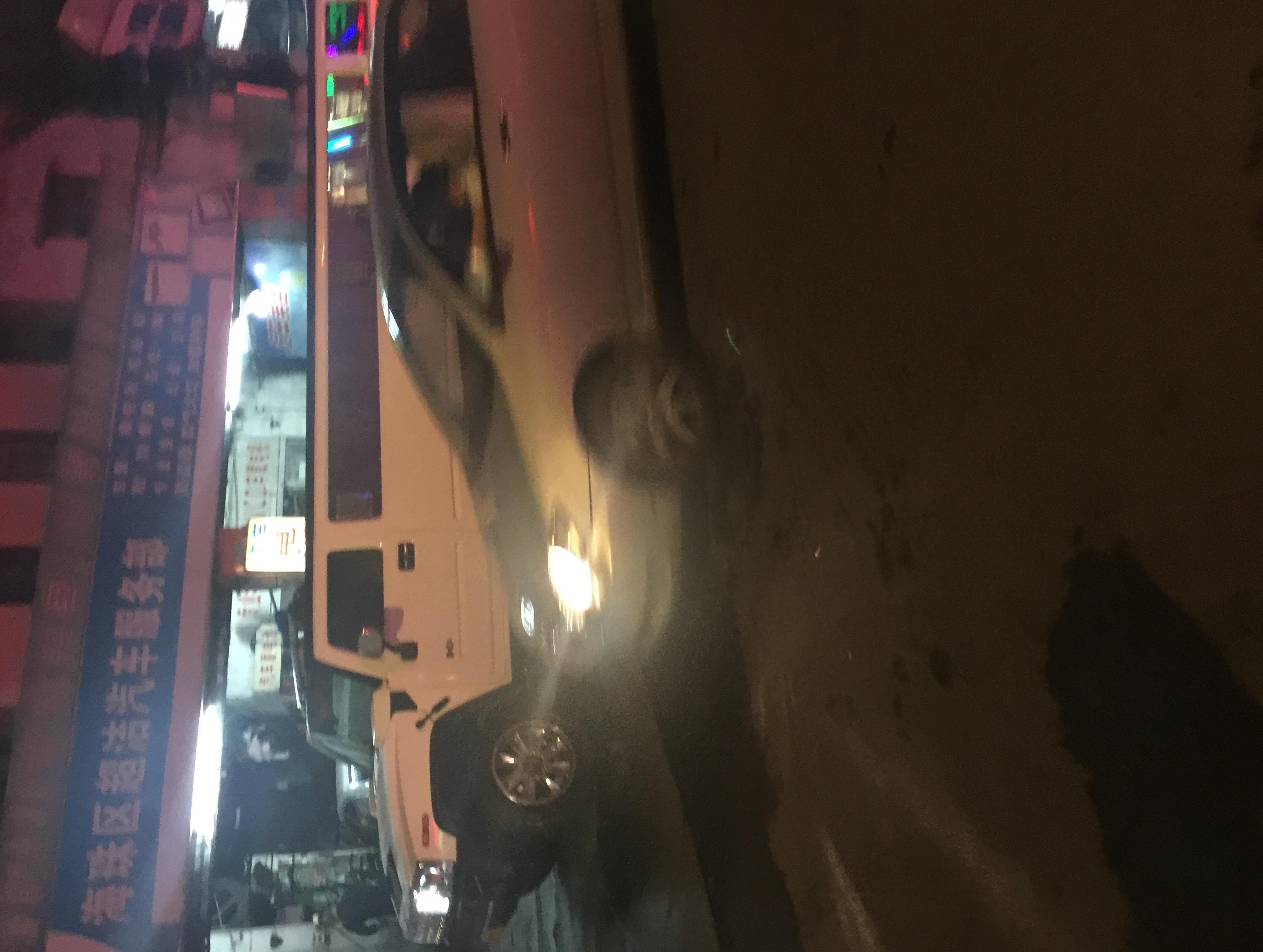 """广州海珠区洗车店现类似路虎超长豪车,引众人围观"""""""