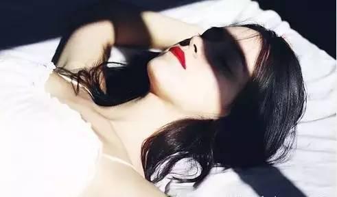 女生正面裸睡照_女人长期裸睡竟会变成这样!现在知道还来得及!