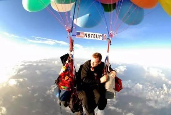 """男子坐氢气球""""飞椅"""" 上天 被罚数千"""""""
