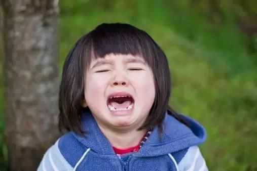 """当孩子哭了,你的第一句话决定孩子未来!"""""""