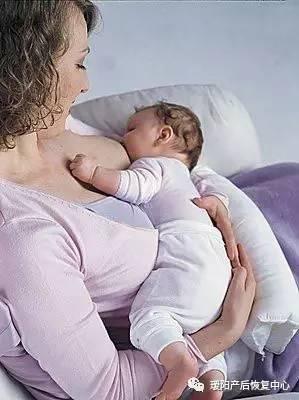 """宝宝含着乳头入睡到底该不该?"""""""
