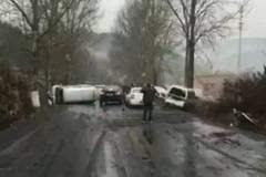昨日晋城某路段因路滑发生车祸,现场混乱!