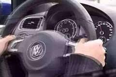 摸摸方向盘就能知道车子哪有毛病......是真的