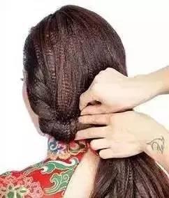 将发尾头发向上延伸,翻转后固定至尾端.图片