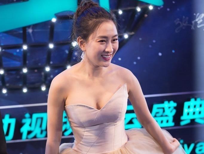 2016移动风云视频盛典,马苏穿抹胸纱裙性感爆乳