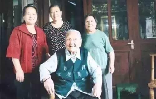 """108岁老人抽烟60多年没有慢性病每天吃一碗降血压"""""""