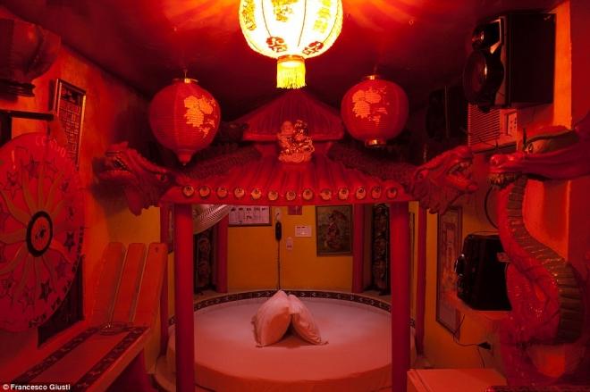 """酒店全球最""""污""""的床单,看这是的脸红就叠放了!情趣内衣广州博性会图片"""