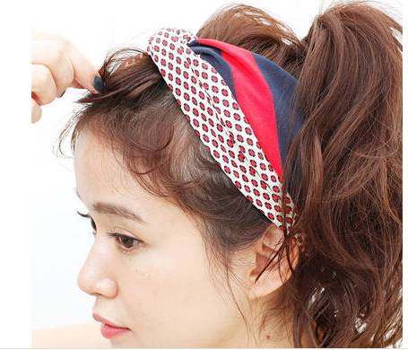 step  :用发带将刘海与头发分界线遮盖住,同时也遮住固定刘海的黑色