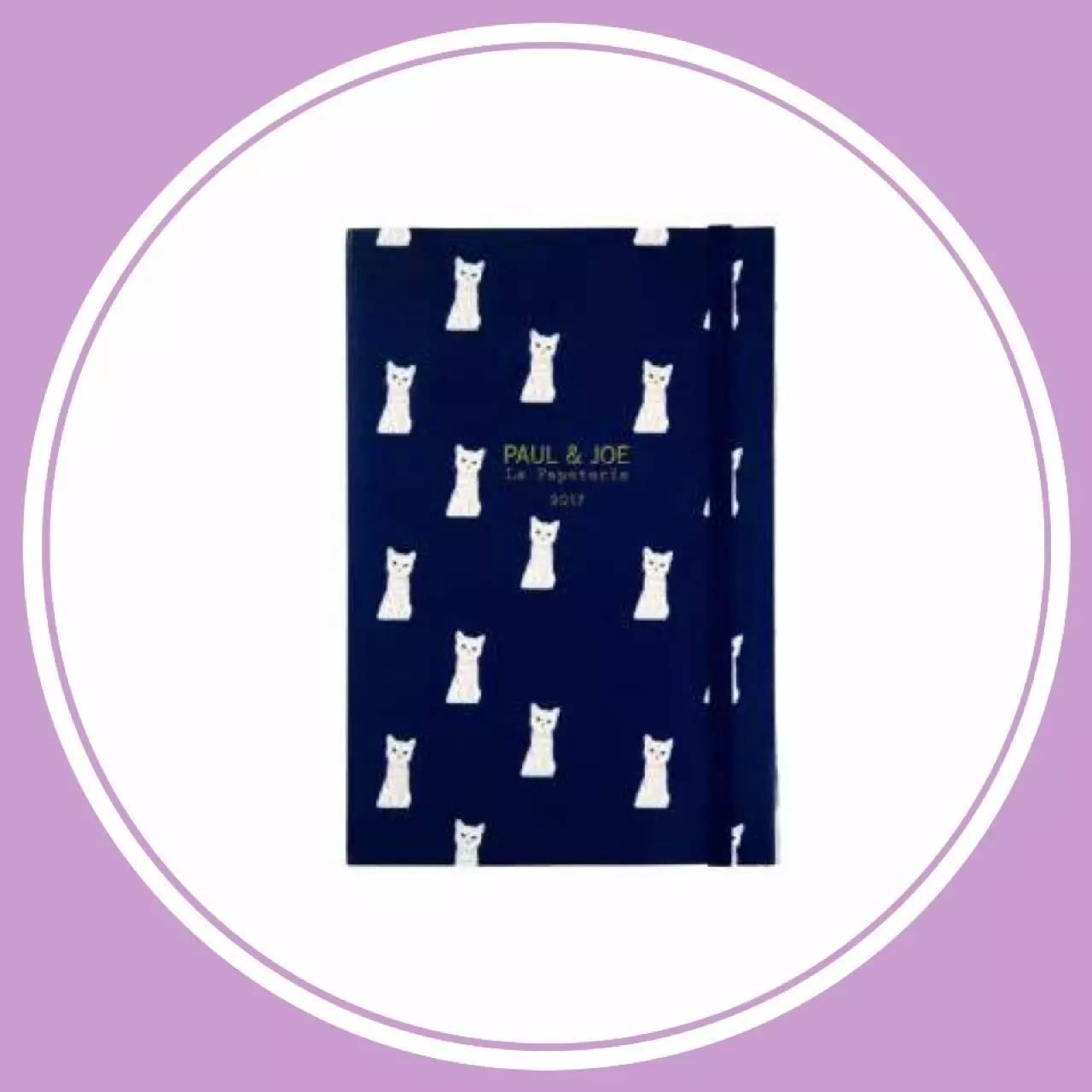 有一款猫咪封面的笔记本,深蓝色作底,上面印着斜行排列的白色小猫咪