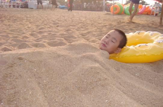 """太恐怖!喜欢去海边玩的,千万不要把身体埋进沙子里!"""""""