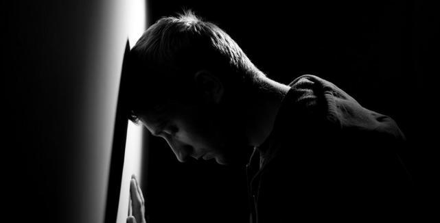 又一年轻女歌手去世,抑郁症前期五种症状你有吗