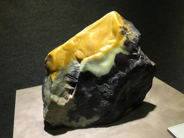 """青田石因材而刻,这块略带黑色的白石料是如何雕琢"""""""