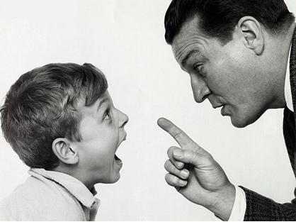 """因为iPhone7儿子竟逼父亲下跪,父亲应该怎么立威"""""""