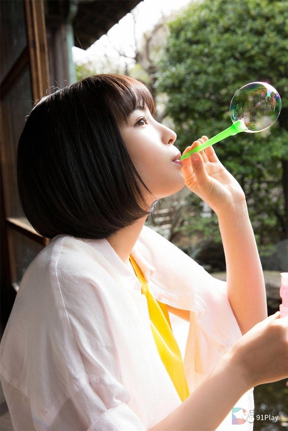 晴朗的天气里在窗台上吹泡泡,是不是很多人都这么干过,清纯的短发美女图片