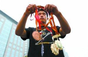 """16岁夺世界冠军,跟腱断裂后乞讨卖艺、偷窃为生"""""""
