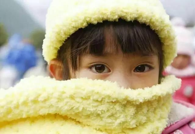 """分享一顶帽子一条围巾,还有那双渴望温暖的眼睛,感动"""""""