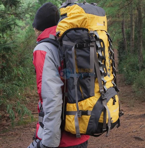 """大容量户外登山包上肩下肩动作要领"""""""
