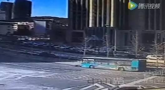 惨烈!男子闯红灯过马路被撞飞身亡,公交车前脸都碎了!
