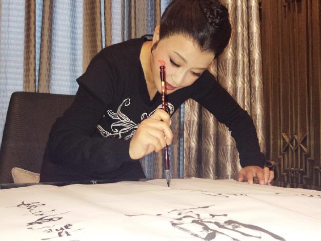 """刘晓庆大秀书法,行云流水""""美如其人""""图片"""