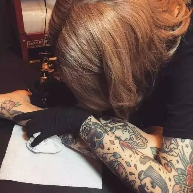 从lina ahn外表来看,完全不像一位专业的刺青师,更像一位网红.