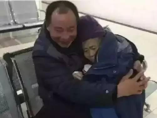 """随手拍到的男人抱着怀里的女人让多少人看后眼红"""""""