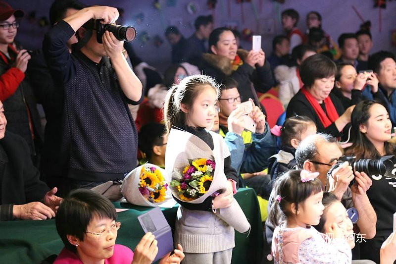 公益晚会上自闭症孩子妈妈一席话让大家流下了热泪 - 视点阿东 - 视点阿东