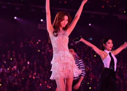 跨年晚会她力压赵丽颖,林志玲,成为最美的女神!图片