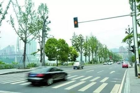 红绿灯,黄灯时候开过去到斑马线突然红灯,我停