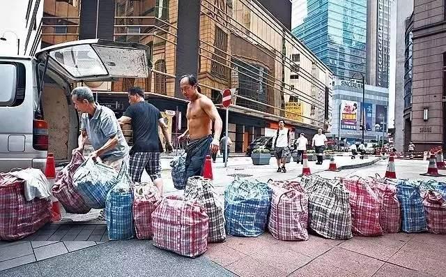 """两个瑞士型男,把中国20块的地摊货卖到2000元,全球开"""""""
