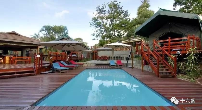 game reserve酒店在其私人木制甲板上可欣赏lake kariega湖或非洲丛林