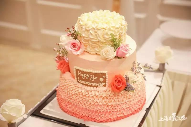 女儿们为父母送上结婚纪念日蛋糕,帮助妈妈完成少女时候的梦想!图片