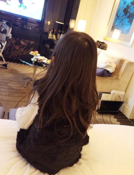 甜馨的背影照也十分的吸引人,微卷的大波浪,齐腰长发,满满的萝莉风!图片