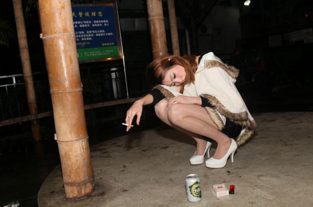 街拍:大半夜遇到美女一个人抽烟喝酒,还是安全好图片