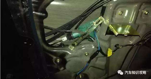 BCM与电路总受伤   在改装车的隐患案例中,车身控制模块BCM和电路是受损的两个重灾区。   车身控制模块BCM所集成功能众多,关注xsjiaoliu,更多更全汽车知识全知道。包括电动门窗控制、中控门锁控制、遥控防盗、灯光系统控制、电动后视镜加热控制、仪表背光调节、电源分配等。不少汽车改装需要修改BCM编码,当缺乏专业的修改方案时,就会出现功能障碍;或者所改装功能与原车电压、电流、电阻条件不同的时候,就会引发bcm过载而烧坏。   原车电路是经过精确计算和实际使用验证后所确定的,无论是线的粗线,保
