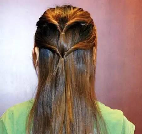 再取下层头发扎一个马尾 用拉发针把头发反转过来图片