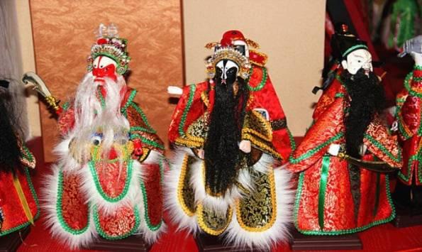 泉州木偶分为提线木偶(头像较大,叫做傀儡戏)和掌中木偶(头像较小,叫