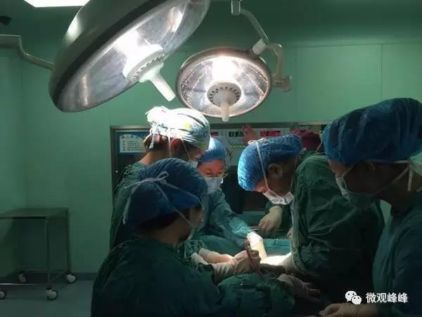 人来给产妇拉着脂肪层; 难,脂肪层太厚,普通麻醉针根本够不着椎管