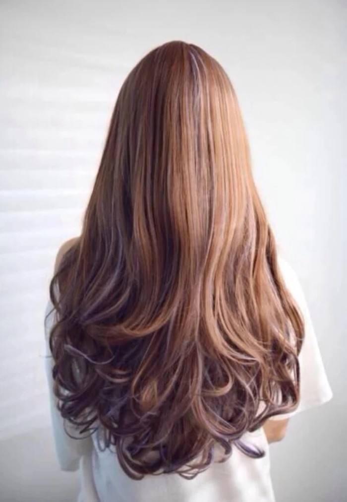 很适合俏皮菇凉的一款微卷中长发烫发发型,空气刘海的设计,时尚俏皮又图片
