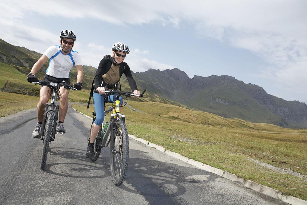 方法3,骑自行车:骑自行车可以有效加强身体的平衡感,锻炼下肢肌肉的图片