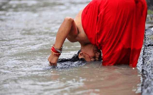 这个国家女性集体露天沐浴不避讳图片