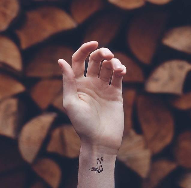 ▼ 其实很多姑娘都喜欢用纹身来纪念,或者是单纯的凸显自己的喜好图片