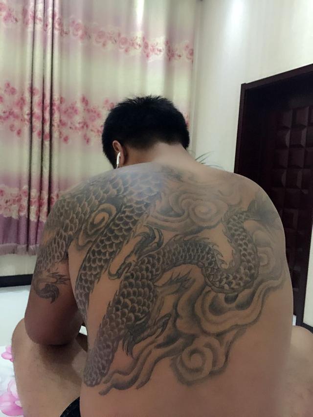 文化 正文  六,抗龙纹身 这种龙纹身龙头在心口,龙身子从前胸到后背