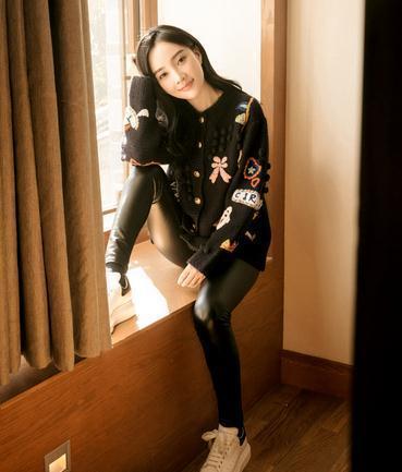 刘亦菲和李小璐穿皮裤,一个显短粗腿一个身材窈窕
