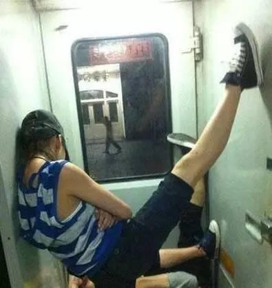心疼每一个在火车上睡觉的人 各种五花八门的睡姿