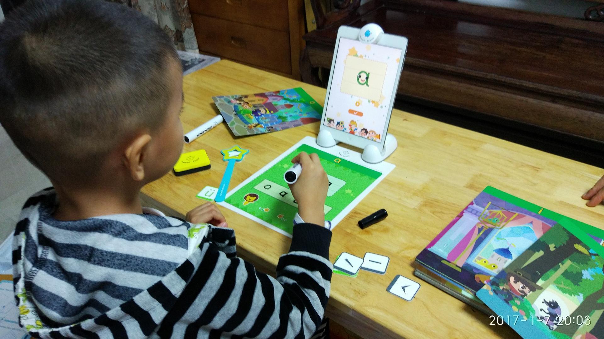 ,小趣先教书写笔画顺序,再在卡片的背面有对应练习的位置,有笔画
