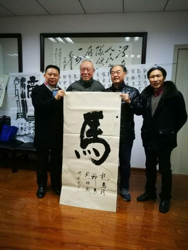 艺术顾问傅毅武将现场创作的作品捐赠给促进会.图片