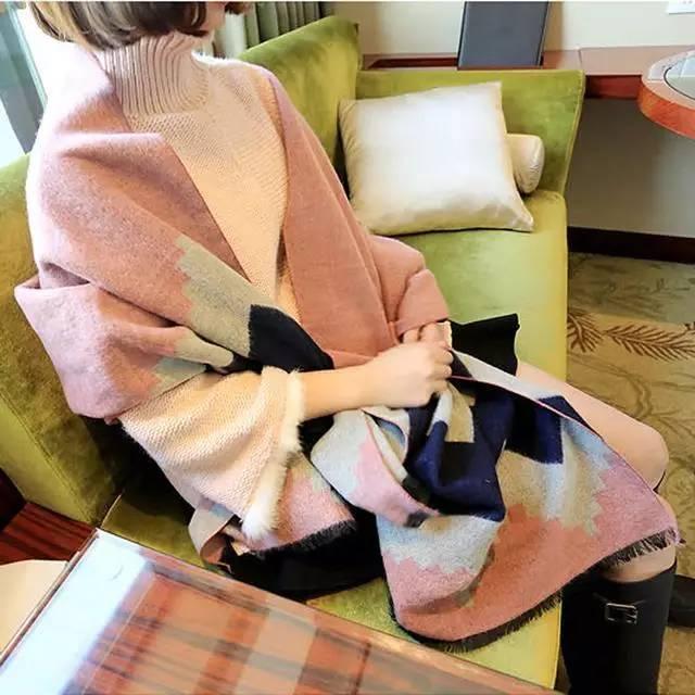 皮肤暗的女人可别乱买围巾,这几款围巾显的皮