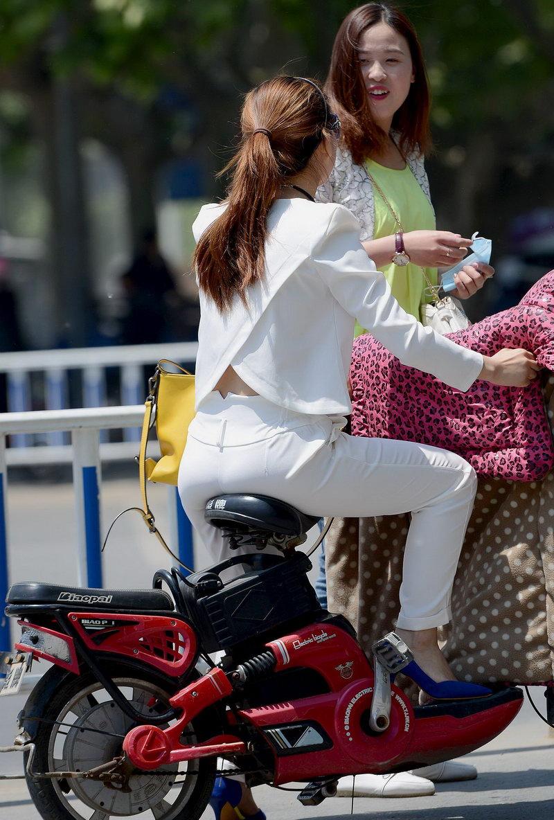 街拍:美女套装白色,骑电动车很熟练夜店女生之美版图片