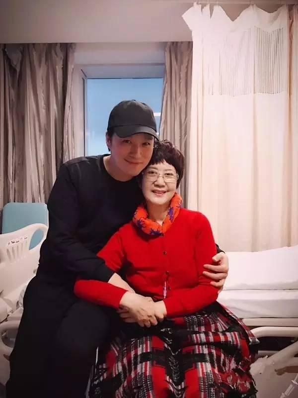 教师妈妈黄_文化 正文  磊磊和妈妈的最后一张合影 黄老师病重期间,曾对去看望她